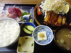 鶏のモモ焼きと刺身のセット定食