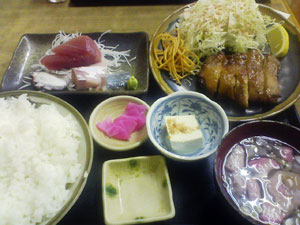 魚八で鶏のモモ焼きと刺身のセット定食 + ライス大盛り